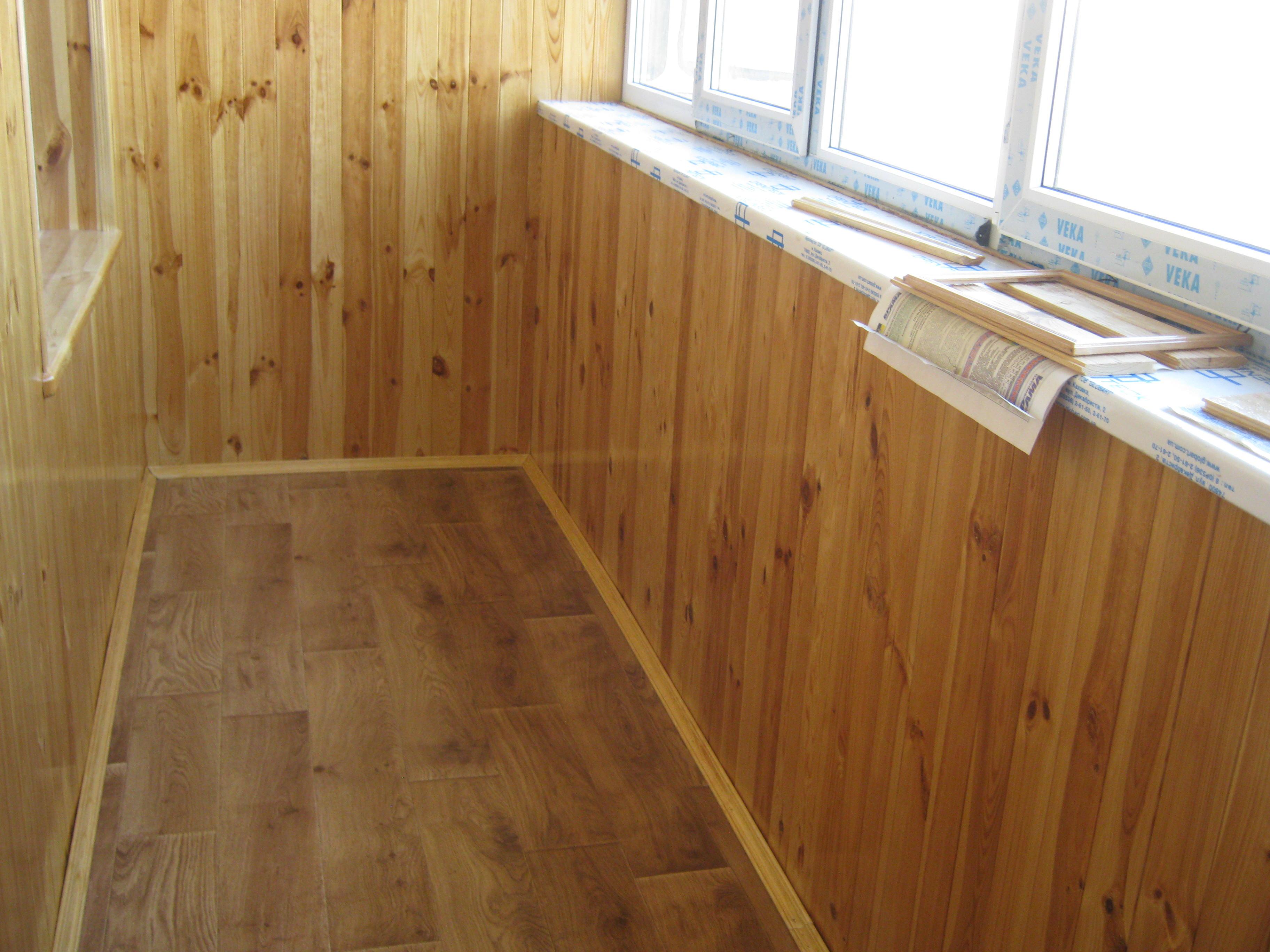Обшивка балкона внутри деревЯной вагонкой.